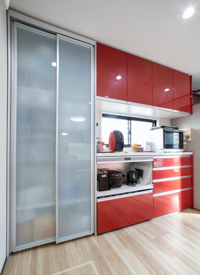 奥様の夢を現実に 赤の対面キッチンとカフ...